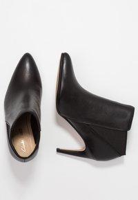 Clarks - LAINA VIOLET - Kotníková obuv - black - 3