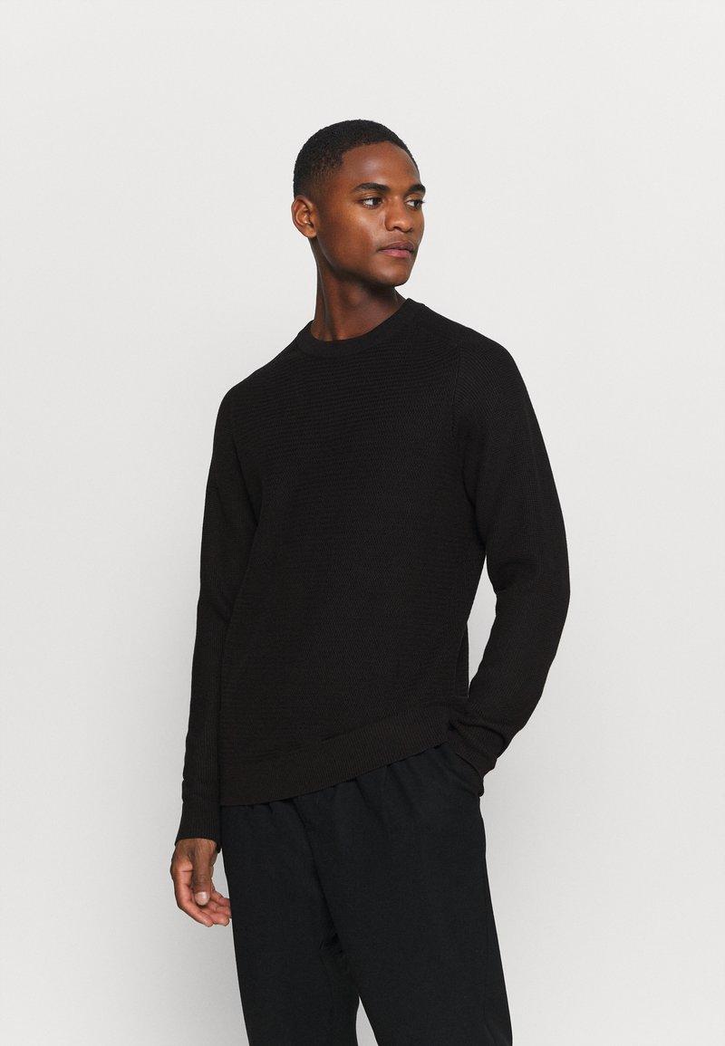 Selected Homme - SLHCORNELIUS STRUCTURE CREW NECK - Stickad tröja - black