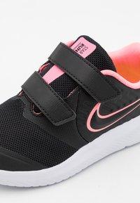 Nike Performance - STAR RUNNER 2 UNISEX - Neutrální běžecké boty - black/sunset pulse/white - 5