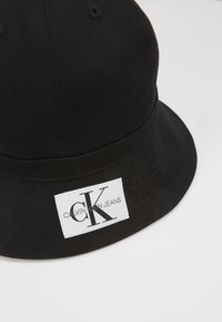 Calvin Klein Jeans - REVERSIBLE BUCKET HAT - Hat - black - 2