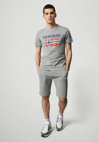 Napapijri - S-SURF FLAG - Print T-shirt - medium grey melange - 1