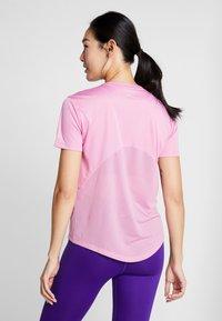 Nike Performance - MILER  - Print T-shirt - magic flamingo/silver - 2