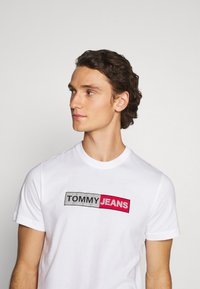 Tommy Jeans - METALLIC GRAPHIC TEE - T-shirt z nadrukiem - white - 3