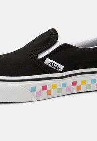 Vans - UY CLASSIC SLIP-ON - Tenisky - rainbow/black - 4