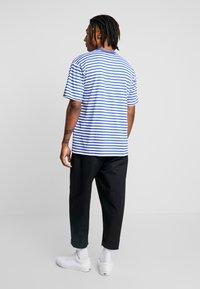 Obey Clothing - ICON STRIPE BOX TEE - T-shirt imprimé - blue multi - 2