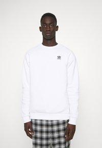adidas Originals - ESSENTIAL CREW - Sweatshirt - white - 0