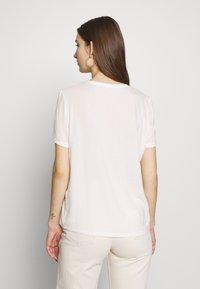 Vero Moda - VMWOMAN TEE  - T-shirts med print - snow white/black - 2