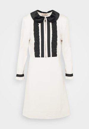 MIT RÜSCHEN - Gebreide jurk - white
