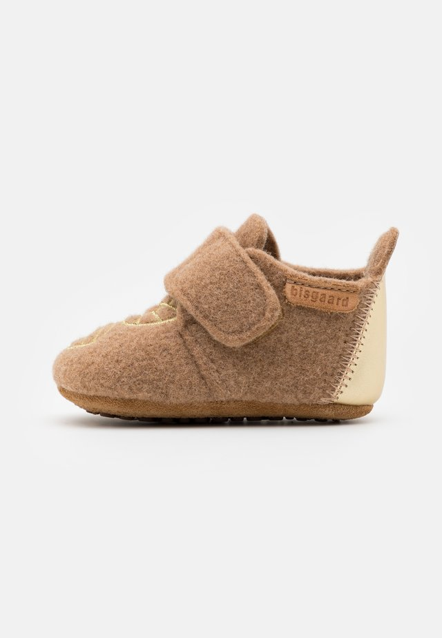 BABY - Pantofole - camel/gold