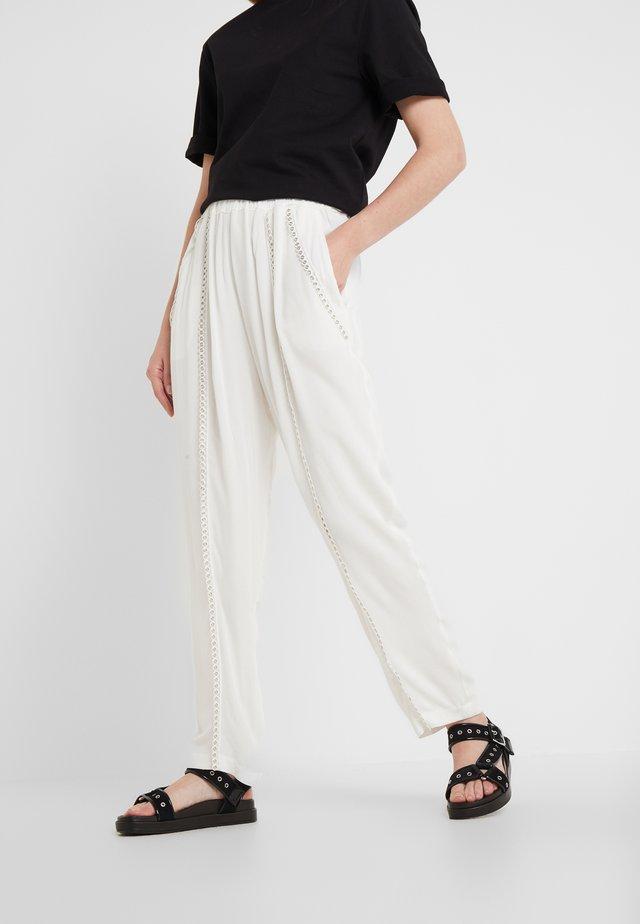 EGINI - Spodnie materiałowe - white