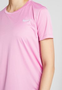 Nike Performance - MILER  - Print T-shirt - magic flamingo/silver - 5