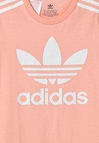 adidas Originals - SKATER DRESS - Robe en jersey - haze coral/white - 2