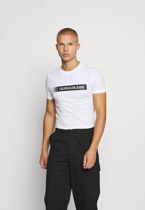 INSTITUTIONAL LOGO BOX TEE - T-shirt med print - bright white