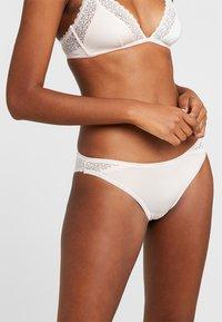 Calvin Klein Underwear - FLIRTY BRAZILIAN - Braguitas - nymphs thigh - 0