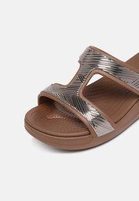 Crocs - MONTEREY - Badesandaler - bronze - 7