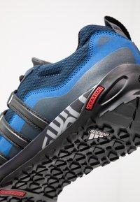 adidas Performance - TERREX SWIFT SOLO - Klatresko - collegiate navy/core black/blue - 5