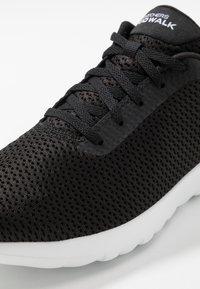 Skechers Performance - GO WALK JOY PARADISE - Chaussures de course - black/white - 5