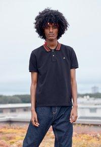 Vivienne Westwood - CLASSIC STRIPE COLLAR - Polo shirt - black - 3