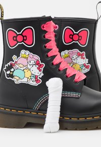 Dr. Martens - 1460 X HELLO KITTY & FRIENDS - Lace-up ankle boots - black smooth - 5