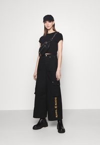 Karl Kani - RETRO BAGGY PANTS - Cargo trousers - black - 1