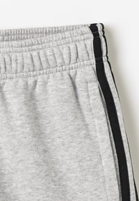 adidas Performance - BOYS ESSENTIALS 3STRIPES SPORT 1/4 SHORTS - Pantaloncini sportivi - medium grey heather/black - 2