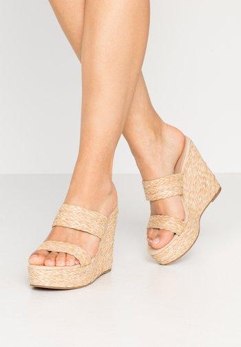 SUNFLOWER WEDGE - Pantofle na podpatku - natural