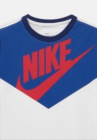 Nike Sportswear - TEE AMPLIFY UNISEX - Print T-shirt - white/midnight navy - 2