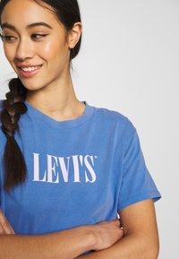 Levi's® - GRAPHIC VARSITY TEE - Printtipaita - marina - 4