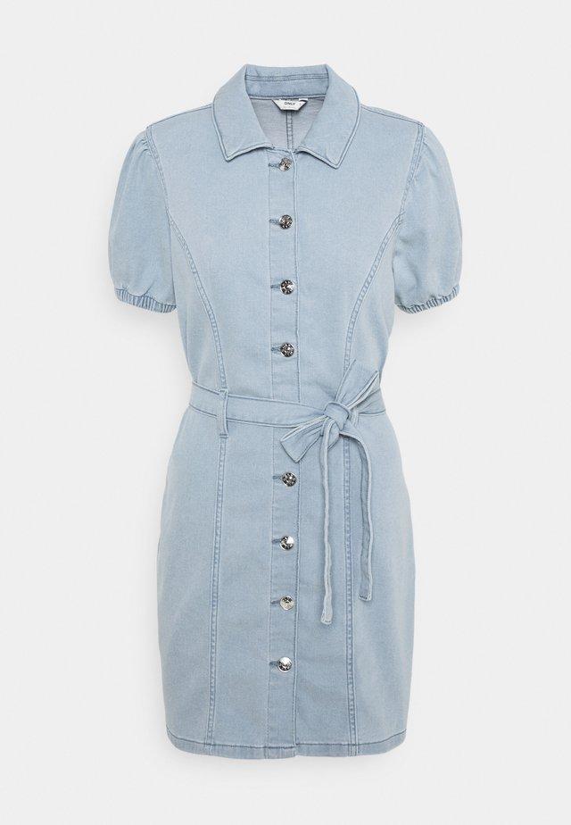 ONLVIBBE BELT DRESS - Denimové šaty - light blue denim