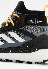 adidas Performance - TERREX FREE PARLEY - Vaelluskengät - core black/footwear white/solar gold - 5