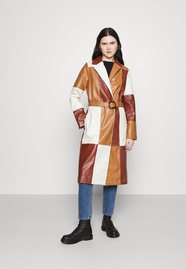 PATCHWORK WITH BELT - Trench - brown