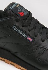 Reebok Classic - CLASSIC LEATHER LOW-CUT DESIGN SHOES - Tenisky - black - 5