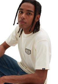 Vans - MN OG PATCH SS - Print T-shirt - beige - 1