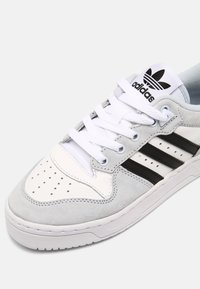 adidas Originals - RIVALRY UNISEX - Trainers - white/blue/black - 4