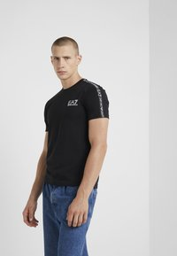 EA7 Emporio Armani - SIDE TAPE - Print T-shirt - black - 0