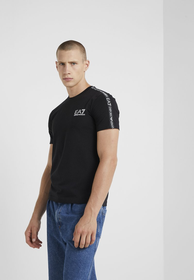 EA7 Emporio Armani - SIDE TAPE - T-shirt imprimé - black