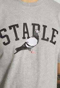 STAPLE PIGEON - COLLEGE TEE UNISEX - Print T-shirt - heather grey - 5