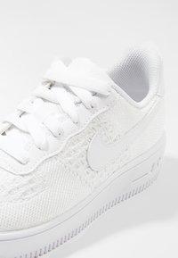 Nike Sportswear - AIR FORCE 1 FLYKNIT - Trainers - white - 5