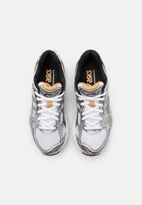 ASICS SportStyle - GEL-KAYANO 14 UNISEX - Trainers - white/pure gold - 5