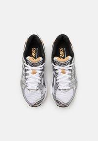 ASICS SportStyle - GEL-KAYANO 14 UNISEX - Tenisky - white/pure gold - 5
