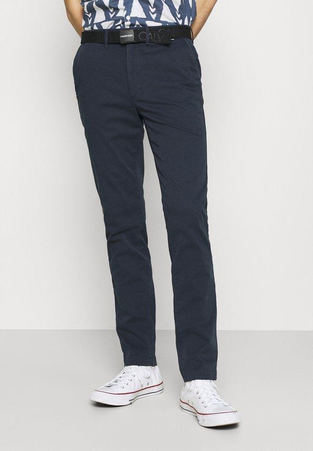 SLIM FIT GARMENT DYE BELT - Chino kalhoty - blue