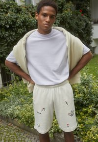 adidas Originals - FLORAL UNISEX - Shorts - off-white - 2