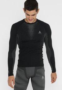 ODLO - CREW NECK PERFORMANCE WARM - Undershirt - black/odlo concrete grey - 0