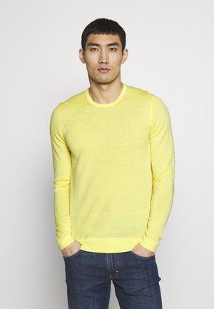 Stickad tröja - still yellow