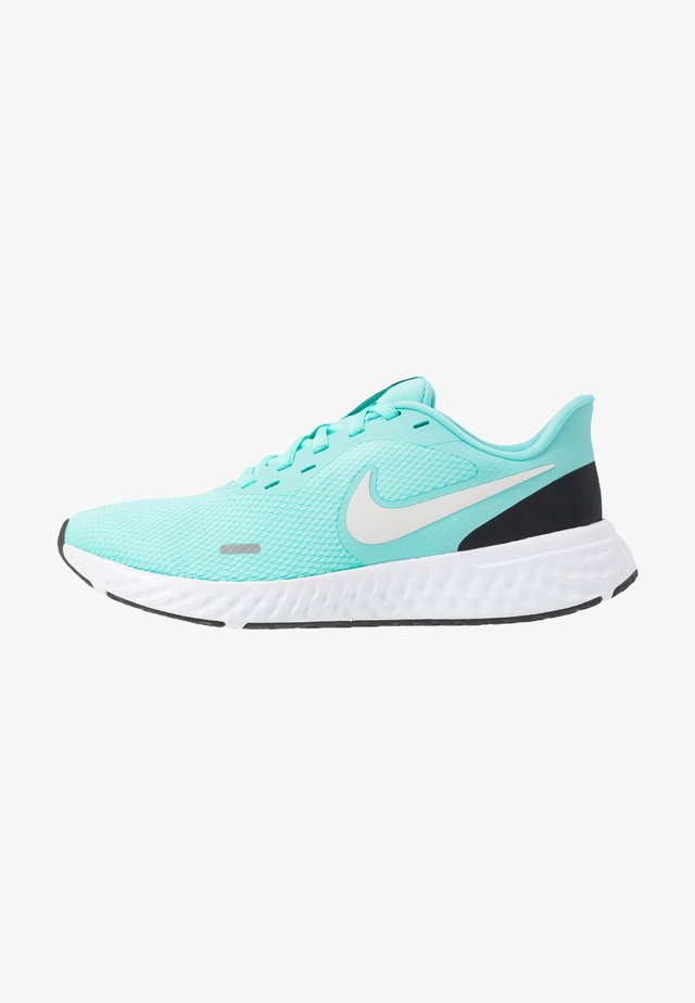 WMNS REVOLUTION 5 - Zapatillas de running neutras - aurora green/platinum tint/black