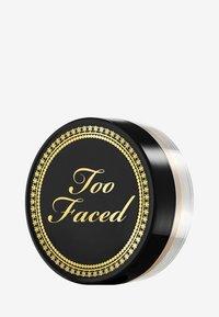 Too Faced - TRAVEL SIZE BTW LOOSE SETTING POWDER - Setting spray & powder - - - 1