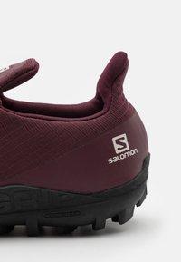 Salomon - GRIPSTER  - Scarpe da trail running - wine tasting/black - 5