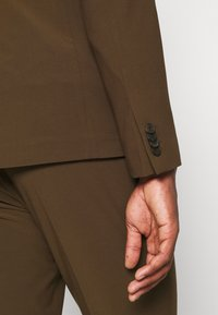 Isaac Dewhirst - THE RELAXED SUIT  - Suit - brown - 12