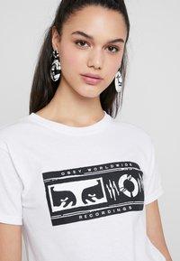 Obey Clothing - WORLDWIDE RECORDINGS - Camiseta estampada - white - 4