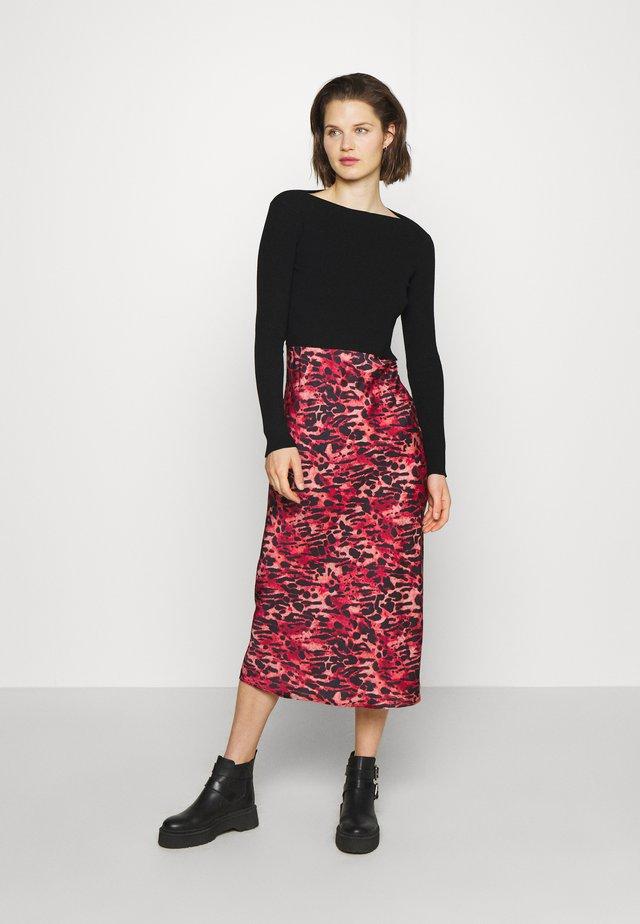 HERA AMBIENT DRESS - Svetr - black/red